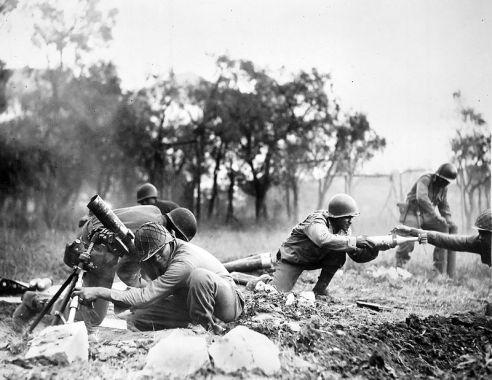 Soldati della 92nd Infantry Division in combattimento.jpg