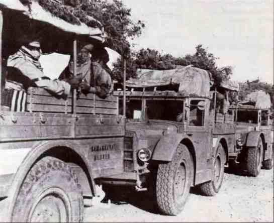 Colonna di autocarri sahariani AS37 del Raggruppamento Maletti in marcia verso Sidi Barrani.