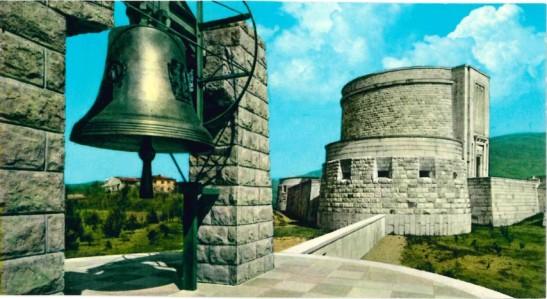 La campana del Sacrario di Oslavia.jpg
