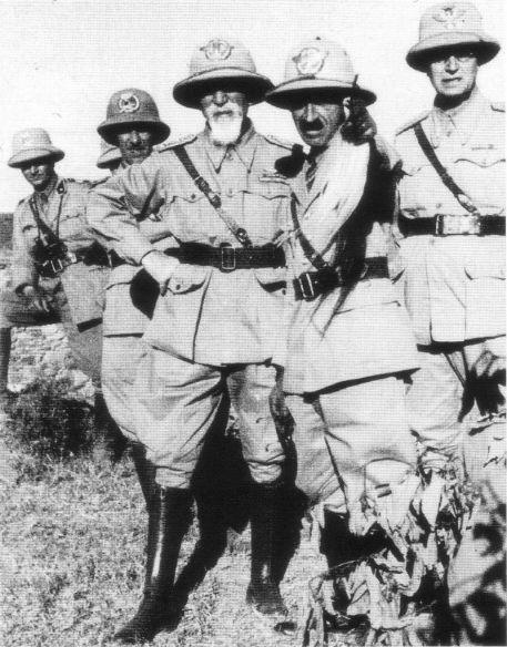 Emilio De Bono circondato dai suoi ufficiali durante le fasi iniziali della guerra