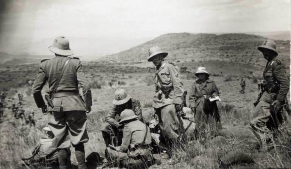 Giuseppe Bottai e altri ufficiali consultano una mappa