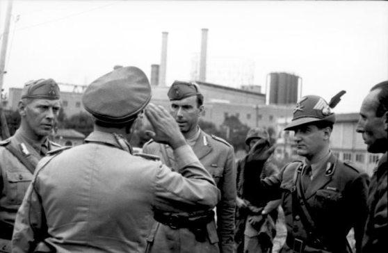 Ufficiali della divisione Sassari e degli alpini a colloquio con colleghi tedeschi durante la difesa di Roma