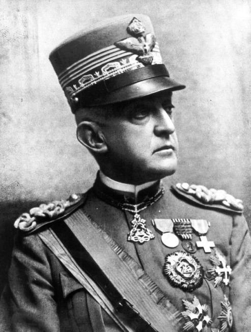 Emanuele Filiberto di Savoia-Aosta con i gradi di maresciallo d'Italia - ca. 1926.jpg