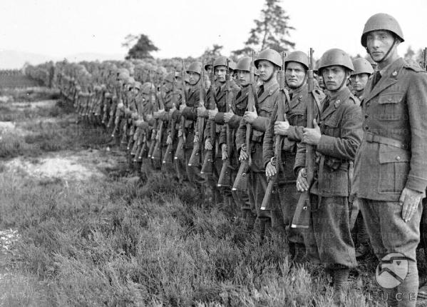Gli uomini della divisione Littorio schierati sull'attenti durante la visita di Mussolini