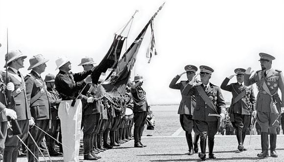 Il re Vittorio Emanuele III a Tripoli nel 1938, accompagnato dal governatore della Libia Italo.jpg