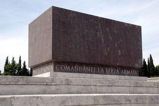 la tomba del duca d'aosta nel sacrario militare di redipuglia
