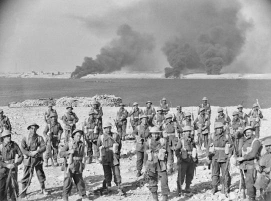 una compagnia di soldati australiani della 6a divisione al termine dei combattimenti nel porto di tobruk, 22 gennaio 1941.