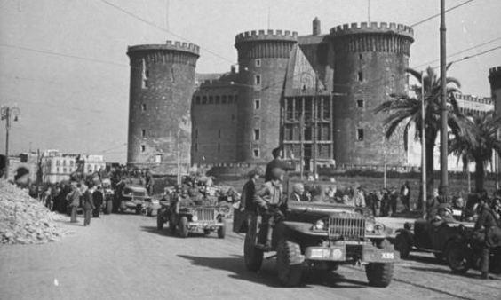Colonna motorizzata americana attraversa il lungomare di Napoli il 1º ottobre 1943