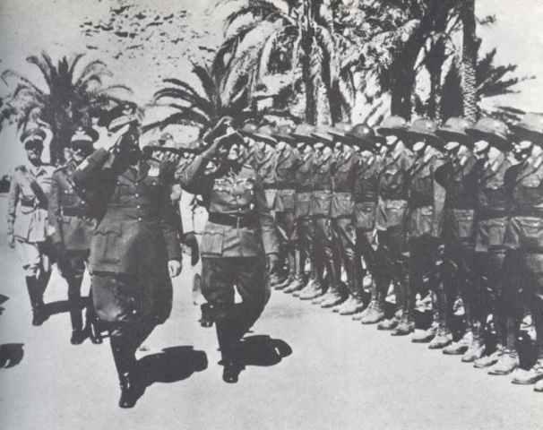 Il generale Gariboldi e il parigrado Rommel passano in rassegna le prime truppe tedesche giunte a Tripoli