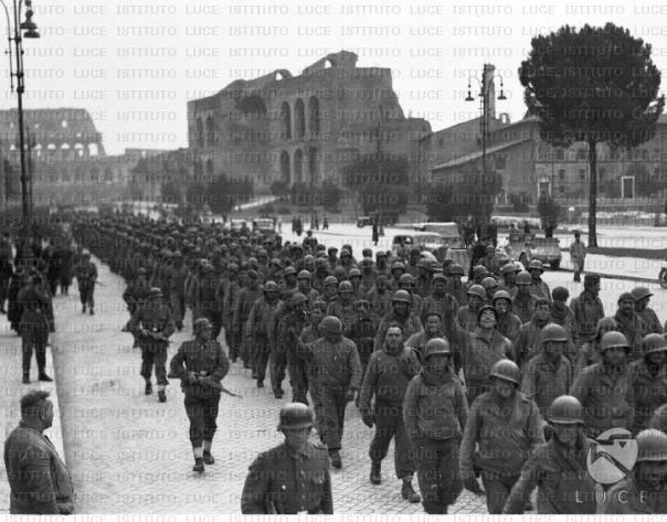Prigionieri Anglo-Americani attraversano le vie di Roma