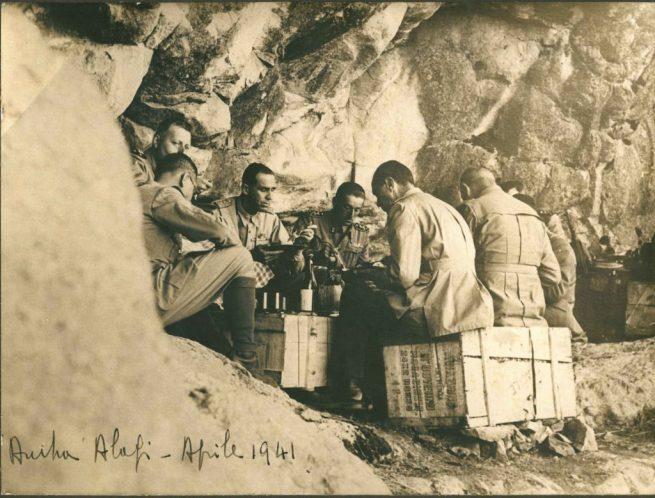 aprile 1941 Sua Altezza Reale Amedeo di Savoia duca d'Aosta, viceré d'Etiopia durante il rancio nei ridotti dell'Amba Alagi con i suoi ufficiali..jpg