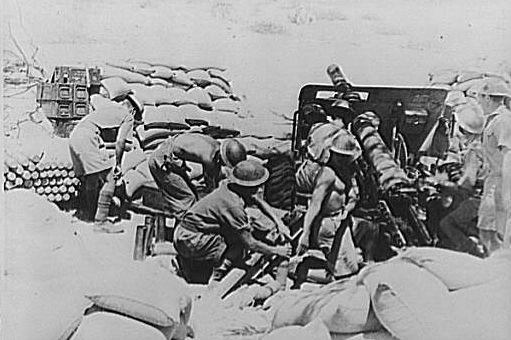 Artiglieria campale britannica in azione durante la battaglia di Cheren