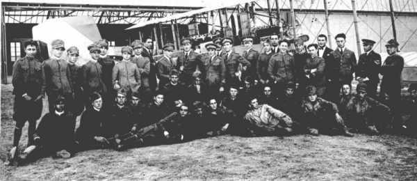 Gorizia, probabilmente nel 1925 piloti e specialisti davanti a un velivolo Ca.46..jpg