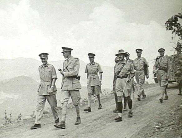 Il duca Amedeo d'Aosta (il secondo da sinistra) con ufficiali inglesi dopo la resa all'Amba Alagi