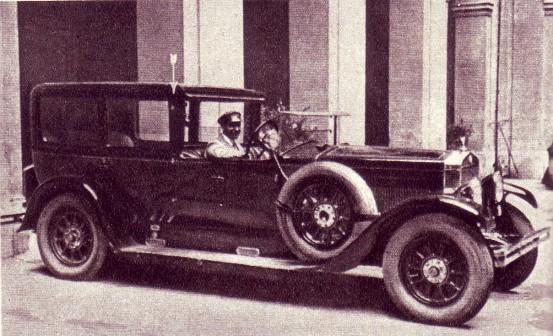 La vettura su cui viaggiava Mussolini il giorno dell'attentato, compiuto da Gino Lucetti, la freccia indica il punto preciso in cui la bomba rimbalzò per poi ricadere al suolo