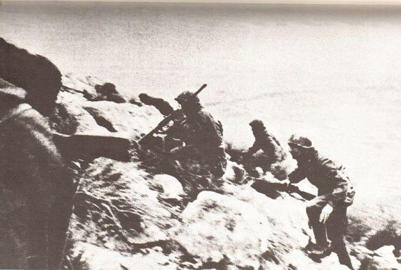 Fanti italiani all'assalto sulle pendici di Montelungo, Caserta, dicembre 1943