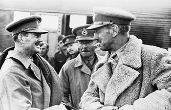 Il generale O'Connor (al centro, in secondo piano) con il brigadier generale Combe (a sinistra) con il generale Philip Neame (al centro), e il maggior generale Michael Gambier-Parry (