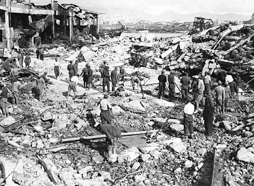 Il porto del Pireo dopo i bombardamenti dell'Asse.jpg