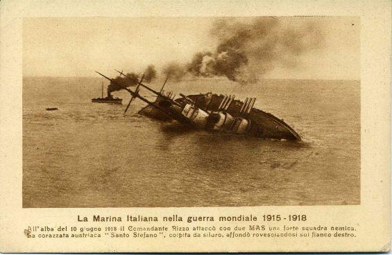 La Szent István affonda dopo essere stata silurata dal MAS del comandante Rizzo.jpg