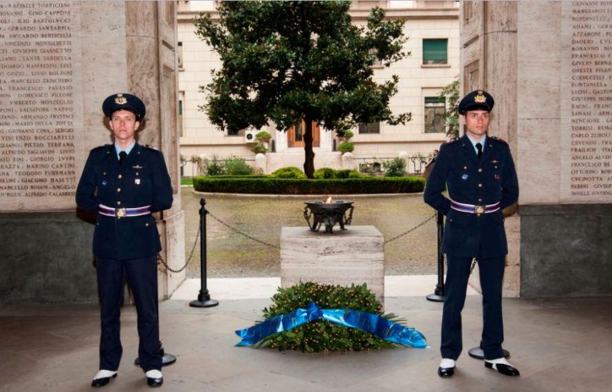 marmi bianchi del Cortile d'Onore del Palazzo dell'Aeronautica Militare a Roma dove è inciso anche il nome di Adriano Visconti, insieme ad altri piloti dell'ANR