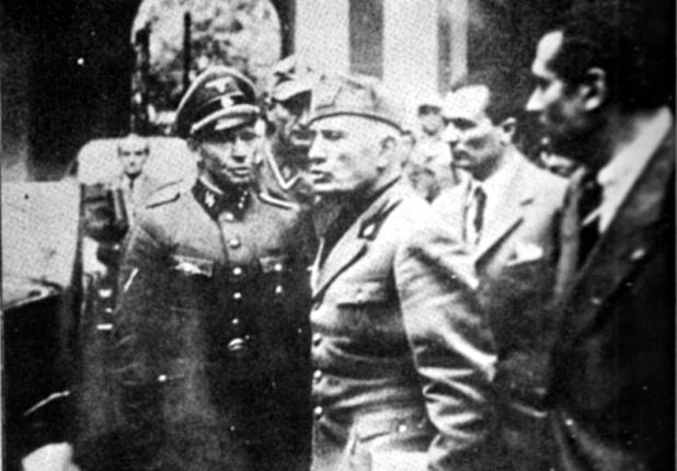 Mussolini si appresta a lasciare Milano.jpg