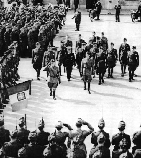 Puglia, settembre 1943 Vittorio Emanuele III passa in rassegna una formazione del Regio Esercito dopo la firma dell'armistizio