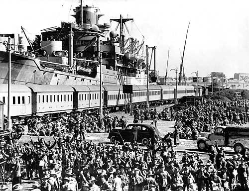 Soldati australiani si imbarcano per la Grecia dal porto di Alessandria.jpg