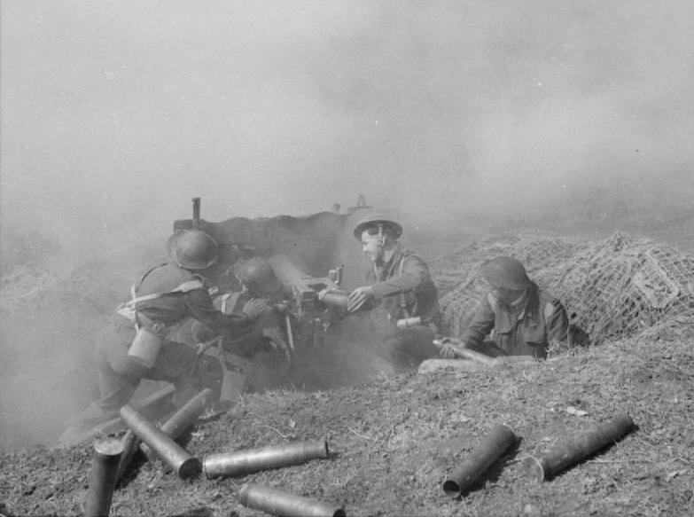 Artiglieri neozelandesi in azione con il loro pezzo da 6 libbre.