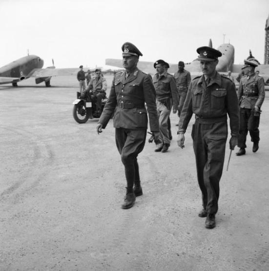 Il generale von Arnim si consegna prigioniero alle truppe britanniche.jpg