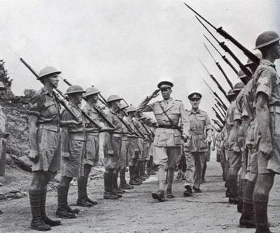 Le truppe britanniche rendono omaggio ad Amedeo, terzo Duca d'Aosta al momento della resa