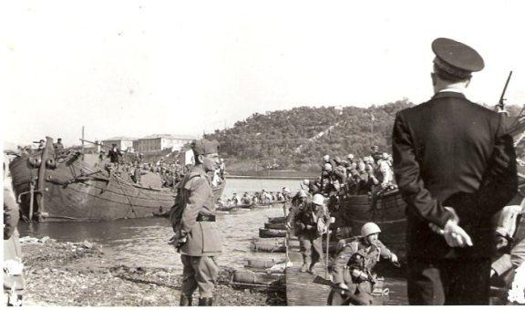 Fasi dell'addestramento osservate dal Console Santi Quasimodo e dall'Ammiraglio Vittorio Tur ( di spalle )..jpg