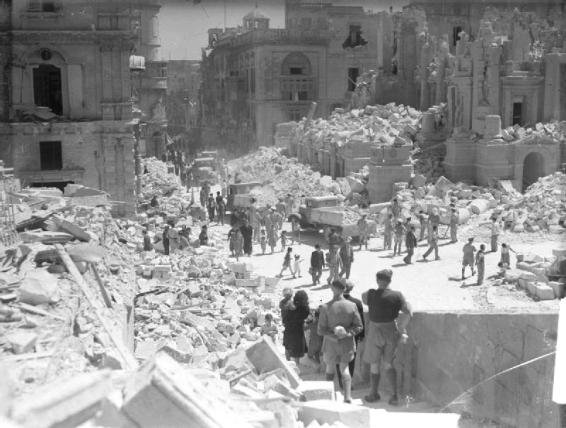 Kingsway Street, strada principale de La Valletta, a Malta, pesantemente bombardata  nel maggio 1942.jpg