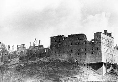 L'abbazia dopo il potente bombardamento alleato