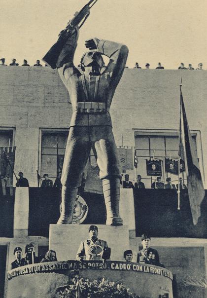 Mussolini inaugura la statua bronzea di Corridoni ferito e morente (realizzata da Oddo Aliventi), a Pausula (Corridonia), il 24 ottobre 1936.
