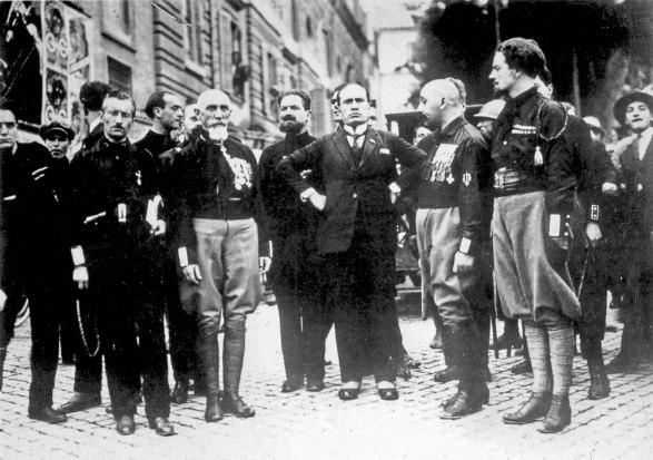 Mussolini con i quadrunviri della Marcia su Roma.jpg