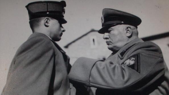 Benito Mussolini consegna la Medaglia d'oro al figlio del 1° Seniore della M.V.S.N. Ferruccio Bonapace nel 1942