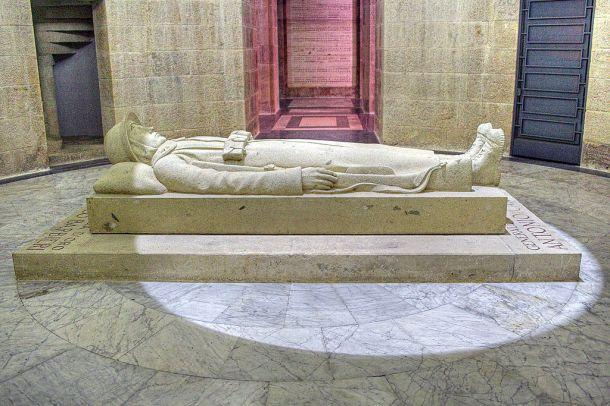 Il monumento del Fante morto nel quale sono conservate le spoglie delle M. O. gen. Antonio Cantore e ten. Francesco Barbieri